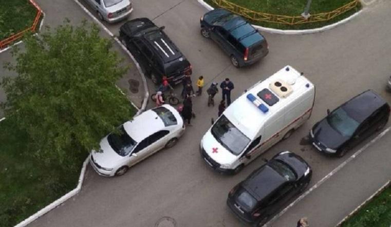 Серьезно травмировались. В Челябинске 2 детей сбили во дворе