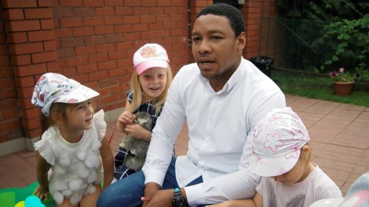 Учит детей английскому. Трудовые будни африканца в детском саду Челябинска