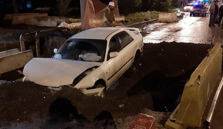 Попал в ловушку. В Челябинске автомобиль пробил ограждение и свалился в коммунальную траншею