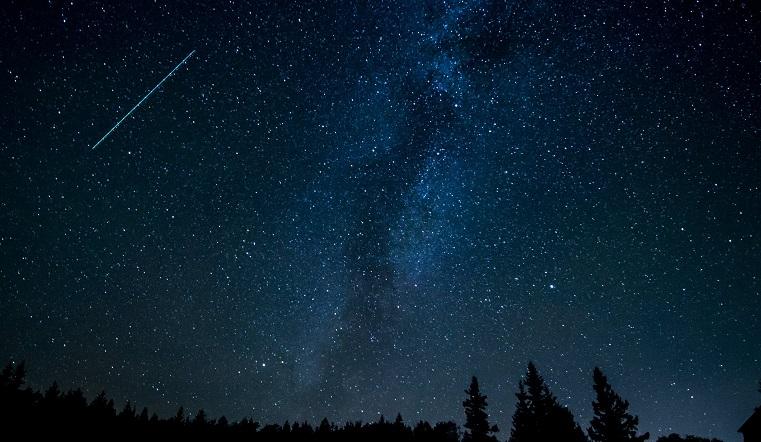 Голубые вспышки в небе. Земля вошла в мощный метеорный поток