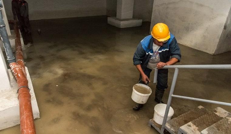 Коммунальная драма. Подвалы детского сада и 7 многоэтажек на Урале затопила канализация
