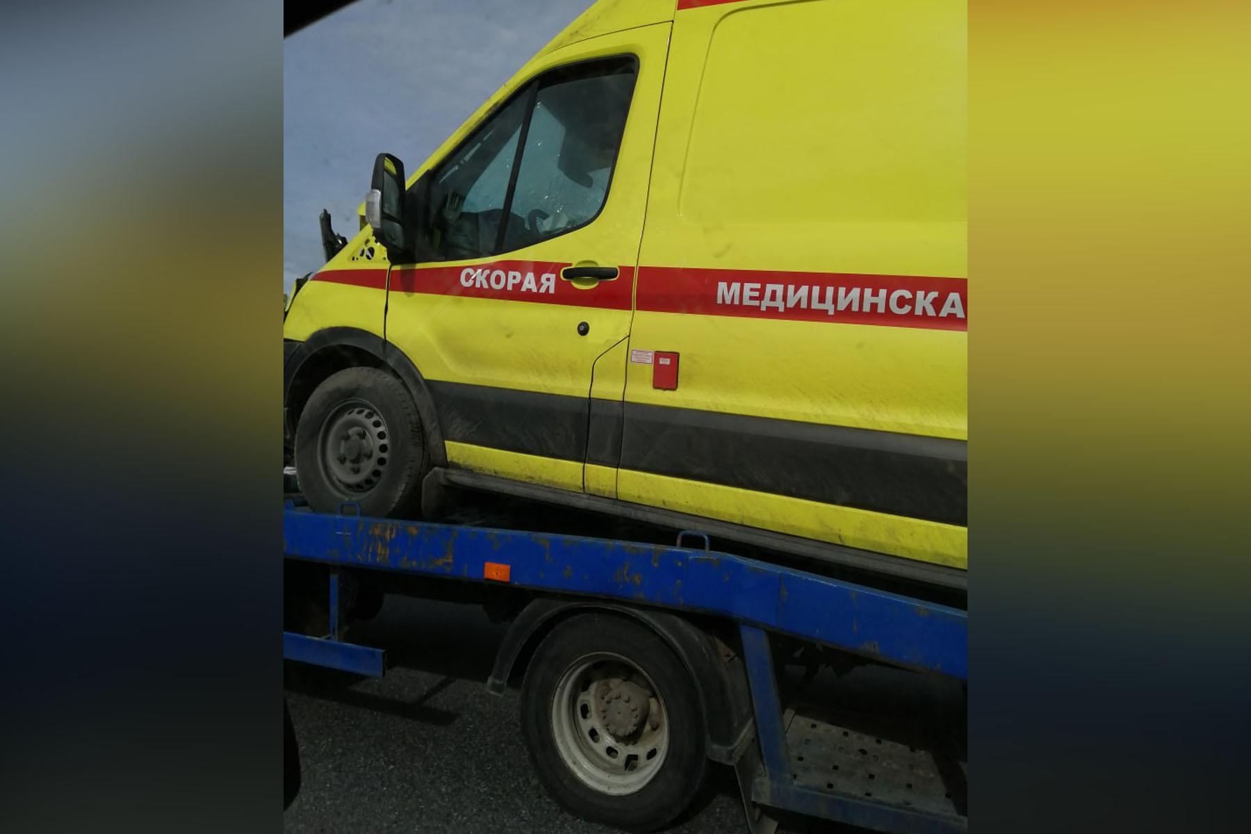 Опрокинулся в кювет. На трассе М5 в Челябинской области столкнулись реанимобиль и грузовик ВИДЕО