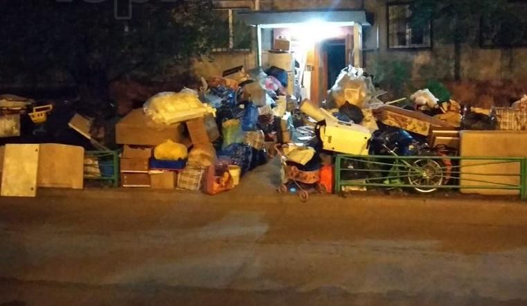 Горы мусора и 20 кошек. На Урале квартиранты превратили многоэтажку в помойку
