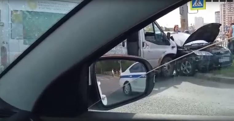 Пассажира зажало в машине. Маршрутка столкнулась с легковушкой в Челябинске