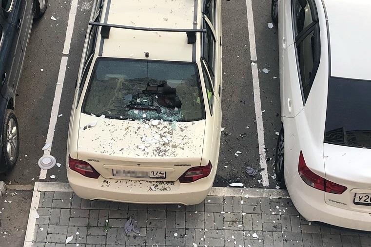 Ножи и тарелки летали. В Челябинске разбили машину из окна многоэтажки. Фото: Наталья Орлова / vk.com/samocvet74