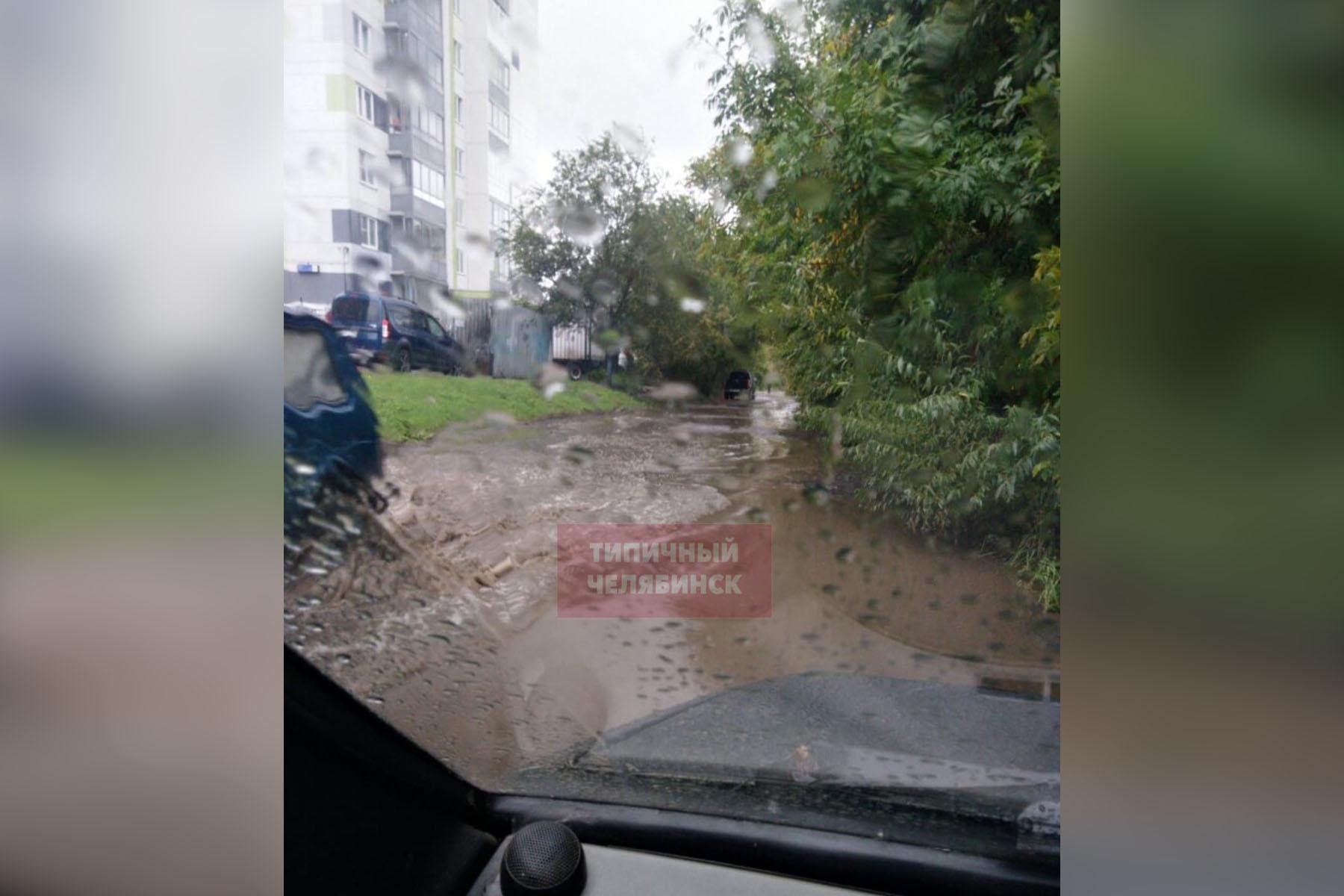 Топит дома и дороги. Жители Челябинской области делятся последствиями рекордного ливня
