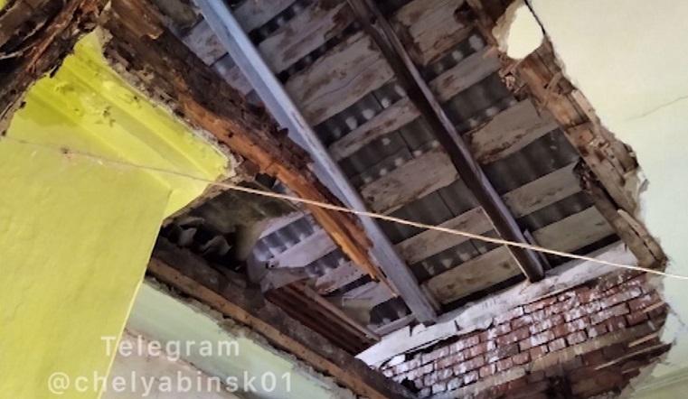 Потолок обрушился в жилом доме на Южном Урале