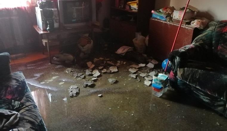 Затопило весь дом. Вода хлынула с потолка в челябинской двухэтажке