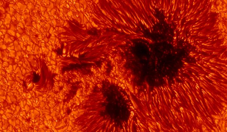 Магнитные бури 2020. Гигантские пятна размером с Марс появились на Солнце