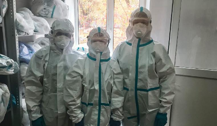 В защитных костюмах. На Урале провели экстренную операцию ребенку с коронавирусом