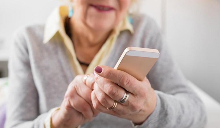 Не отрываясь от грядок. Челябинские пенсионеры осваивают виртуальную жизнь