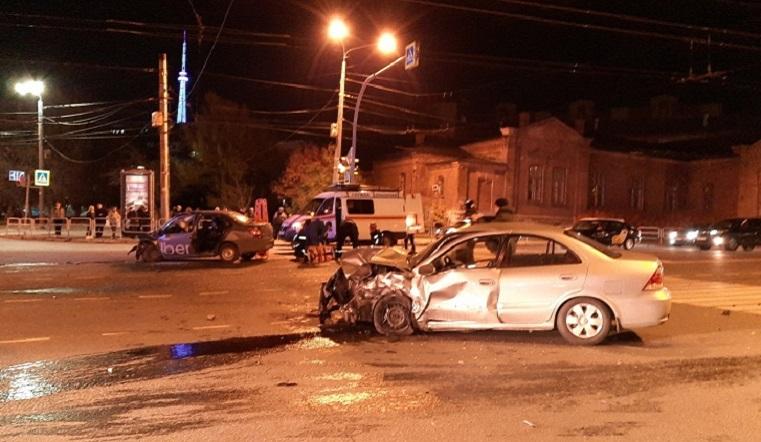 Врезались на полном ходу. В ДТП с такси в Челябинске пострадали 4 человека ВИДЕО