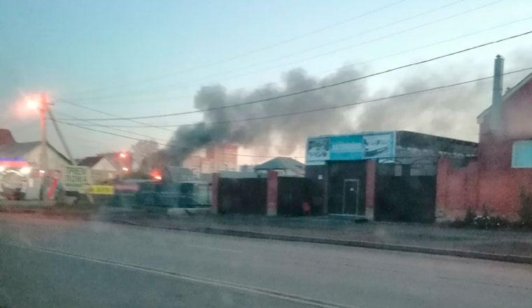 Черный дым до небес и яркое пламя. В Челябинске вспыхнул жилой дом