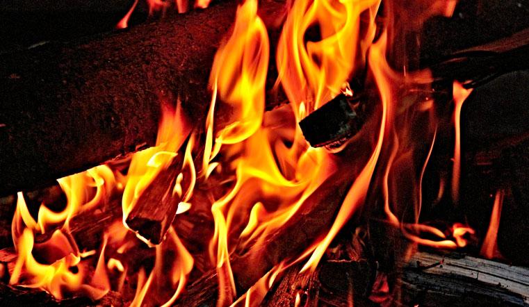 Черный дым до небес и яркое пламя. В Челябинске вспыхнул жилой дом. Пожар в Челябинске, ЧП Челябинск