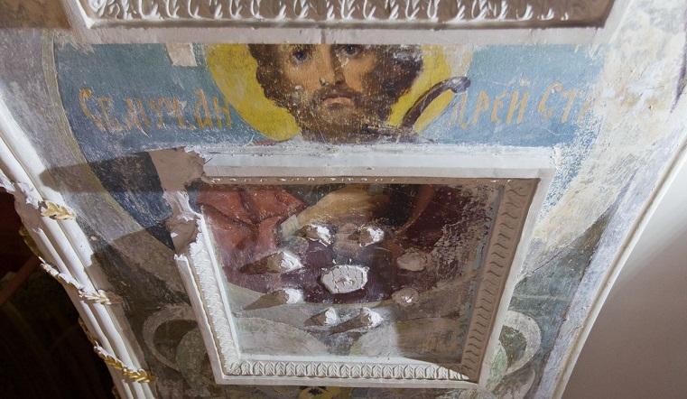 Были запрятаны в стенах. В храме на Южном Урале нашли лики святых