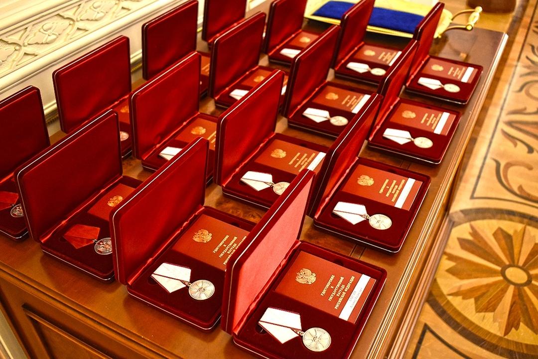 Награды для героев. Спасатели, разбиравшие завалы дома в Магнитогорске, получили медали