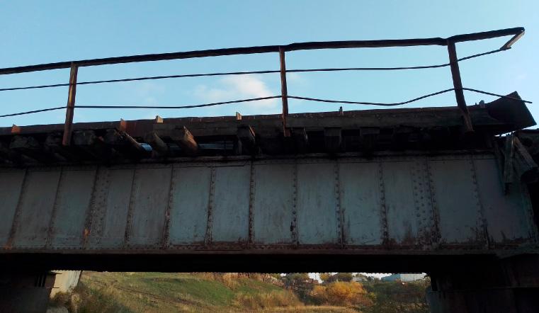 С риском для жизни. Опасный мост на Урале разделил поселок пополам. Фото: Илья Балаков / vk.com/tekslerpomogi