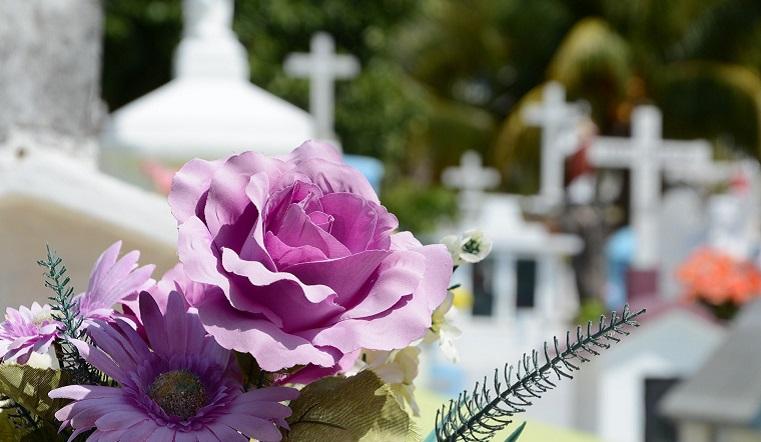 Плохие приметы: что нельзя делать на кладбище и похоронах