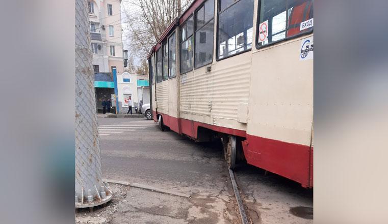 Чудом не сбил пешеходов. В Челябинске трамвай с пассажирами сошел с рельсов ВИДЕО