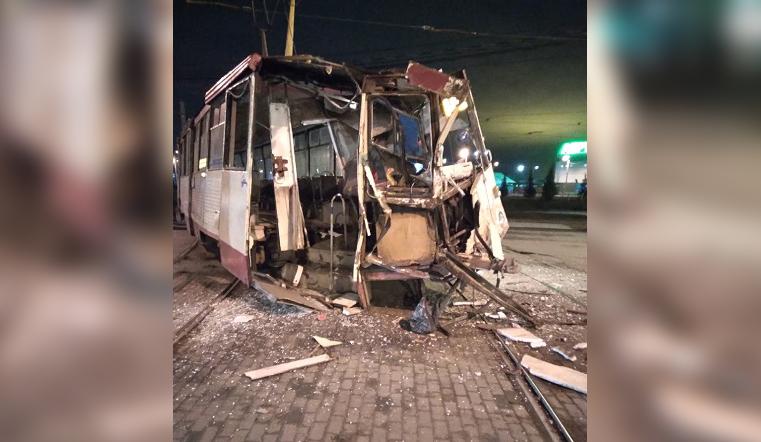 В Челябинске фура снесла трамвай и скрылась: водитель в больнице, пассажиры в шоке
