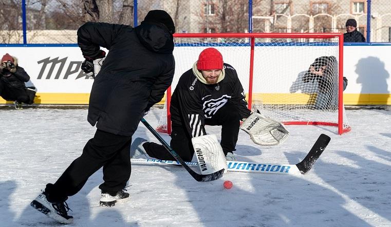 Дворовый спорт. Чемпион мира открыл новую хоккейную коробку в Челябинске