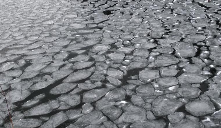 Таинственные круги. Озеро на Урале покрылось странными ледяными блинами