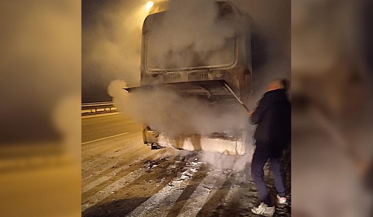 Вспыхнул на ходу. Автобус с пассажирами загорелся под Челябинском
