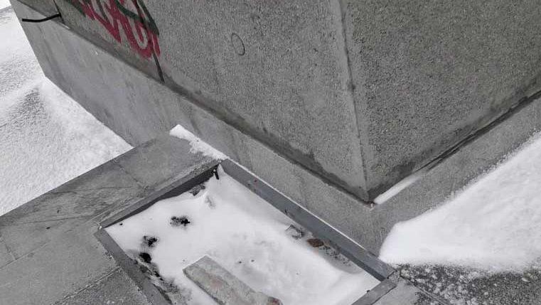 Памятник Курчатову в Челябинске, памятники культурного наследия: вандализм