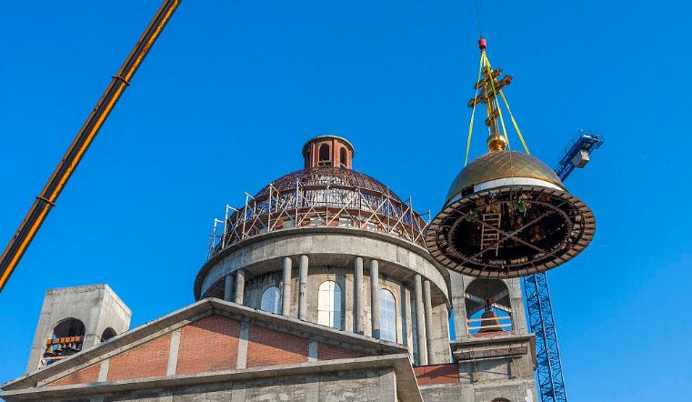 70 метров над землей. В Челябинске устанавливают купола на соборе Рождества Христова