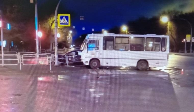 Автомобиль всмятку. Автобус раздавил легковушку в Челябинске