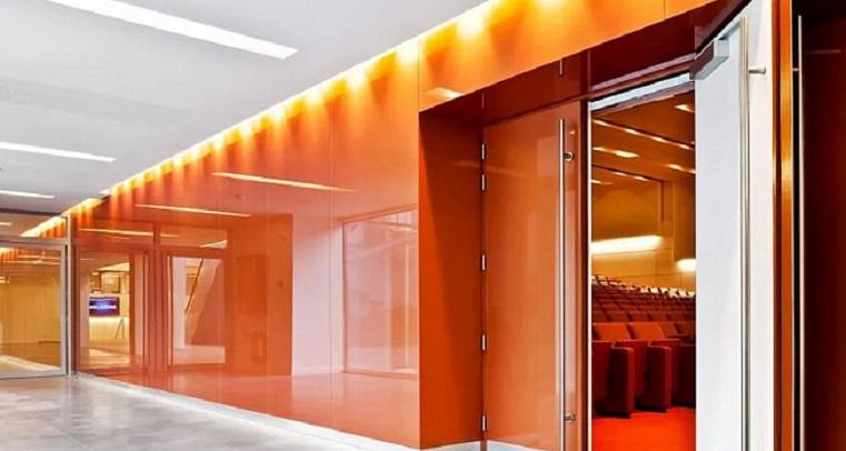 Облицовка стен стеклом — особенности и применение