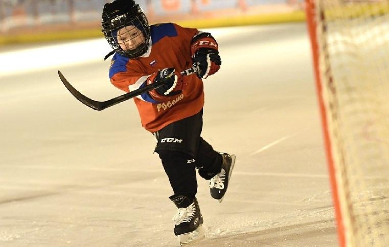 Под стенами Кремля. Школьник из Челябинска сыграл в хоккей с Президентом