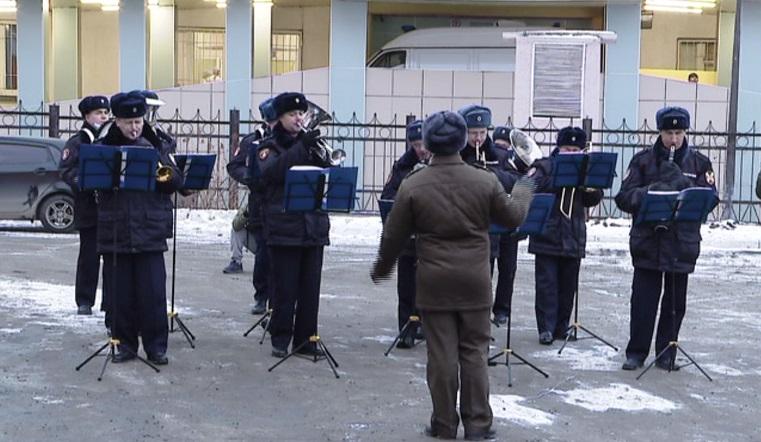 Музыканты в погонах. Военный оркестр сыграл под окнами детской больницы в Челябинске