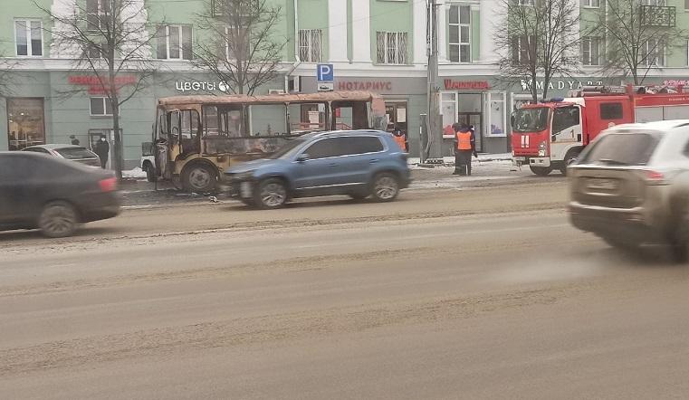 Вспыхнул на ходу. В Челябинске загорелся автобус с пассажирами ВИДЕО