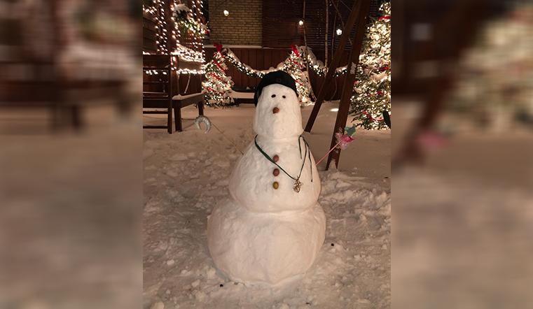Новогоднее настроение. Модель Ирина Шейк слепила очень милого снеговика