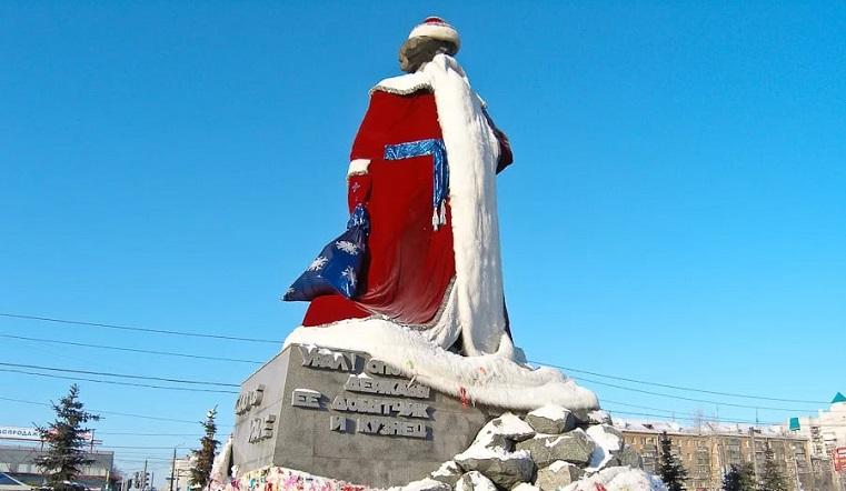 Новогодний сказ. Памятник в Челябинске превратили в гигантского Деда Мороза