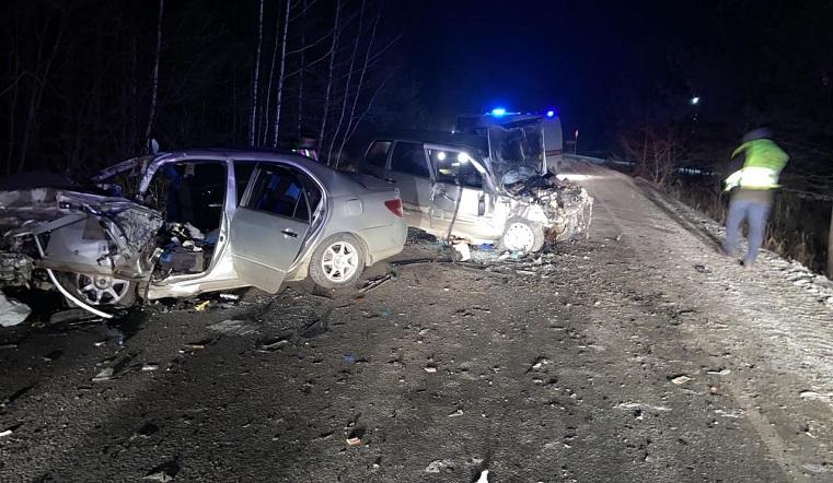 Автомобили сложились в гармошку. В лобовом ДТП на Южном Урале погиб водитель ВИДЕО