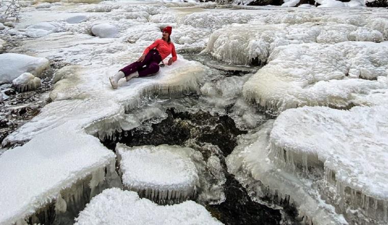 Ледяные медузы захватили реку на Урале ФОТО