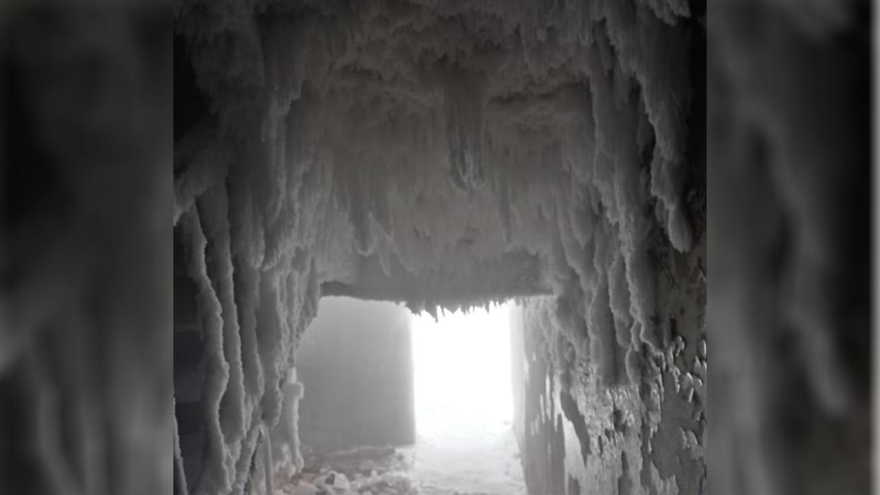 Общежитие в Челябинской области превратилось в ледяную пещеру