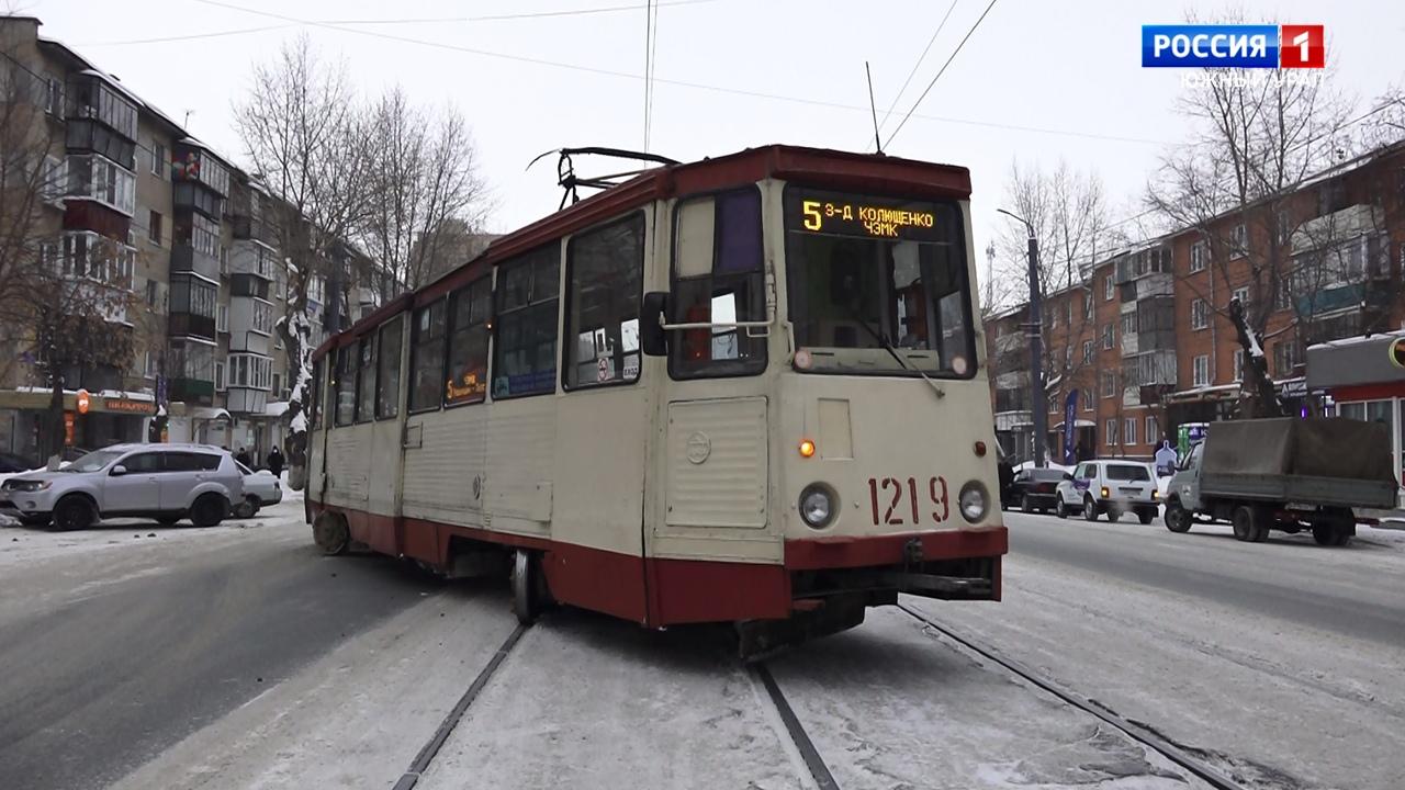 Трамваи встали в пробку в Челябинске из-за схода вагона с рельсов