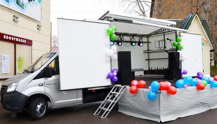Доставляют праздник. По Челябинской области колесят фургоны-трансформеры