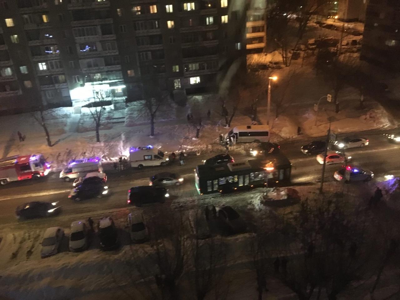 Маршрутка сбила женщину с ребенком в Челябинске ВИДЕО