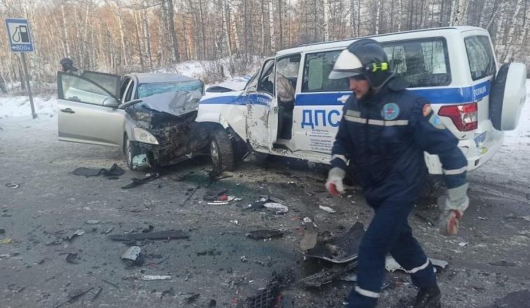 Полицейские спасли детей. Смертельная авария случилась на уральской трассе ВИДЕО