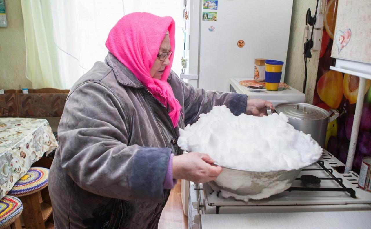 Жители в центре Челябинска остались без воды и теперь топят снег