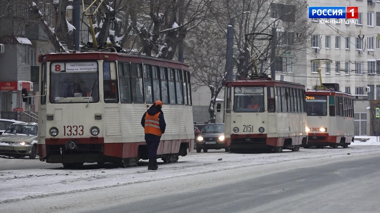 Трамваи встали в пробку в Челябинска из-за схода вагона с рельсов