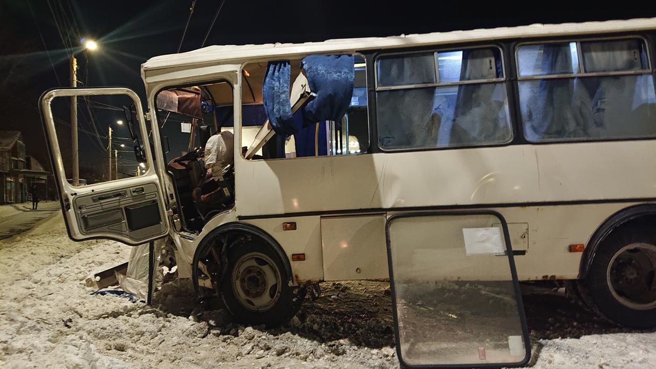 Маршрутка с пассажирами врезалась в столб в Челябинске ВИДЕО