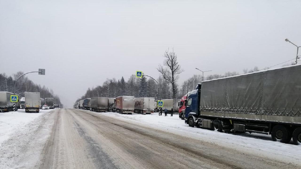 На трассе М5 из-за погоды продлили ограничения для грузовиков