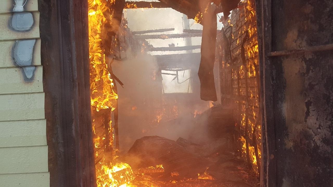 Трехэтажный дом в Челябинской области сгорел из-за фена