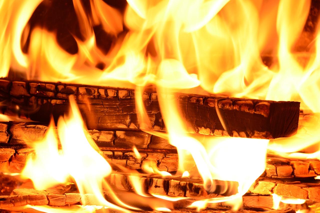 Полицейские на Урале спасли многодетную семью из горящего дома ВИДЕО