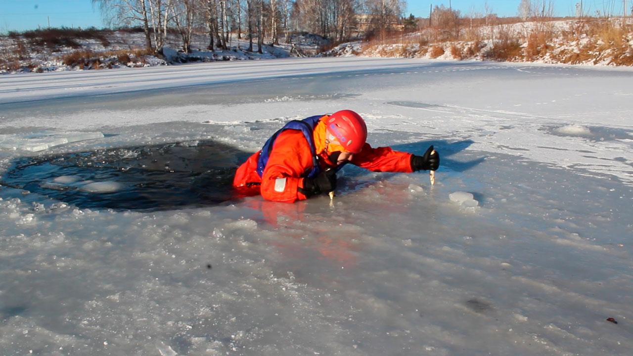 Рыбак в Челябинской области провалился под лед и погиб